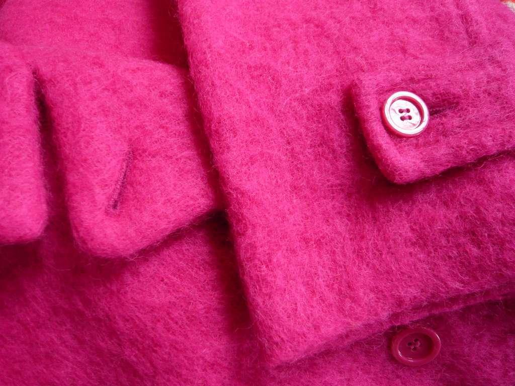 Катышки на пальто малинового цвета