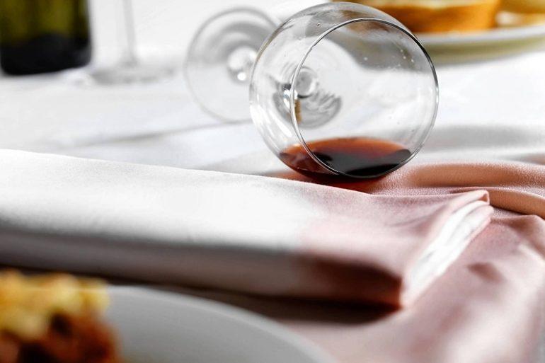 Пятно от красного вина на белой скатерти
