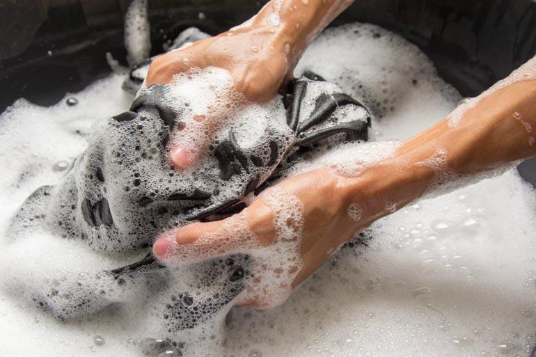 Замачивание пиджака в мыльном растворе